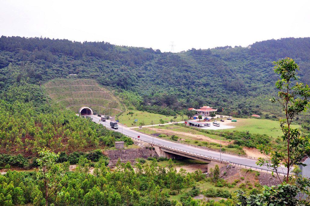 Đền thờ thánh mẫu Liễu Hạnh nằm dưới chân Đèo Ngang về phía địa phận Quảng Bình