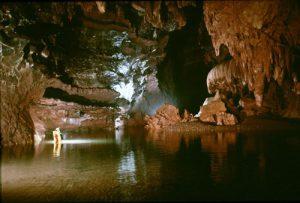 Lang thang hang động nước dài nhất châu Á