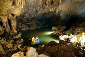 """Kỳ vĩ hồ """"treo"""" trên sông ngầm Phong Nha"""