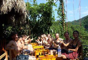 Dịch vụ ngâm chân thảo dược tại điểm du lịch sông Chày – hang Tối