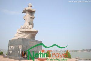 Hình ảnh người anh hùng bên dòng sông Nhật Lệ, tượng đài mẹ Suốt.