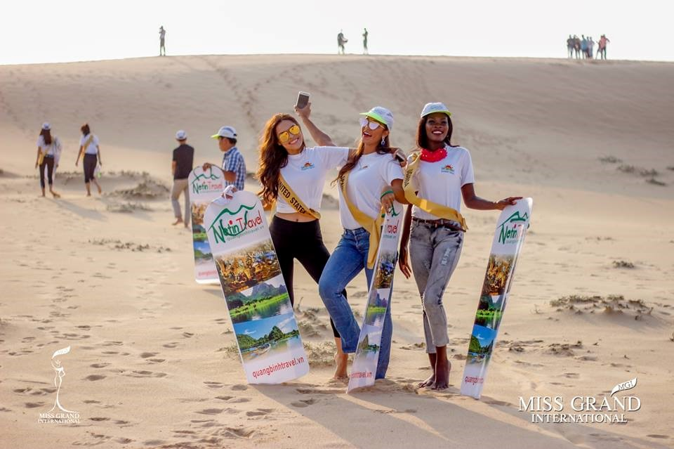 Các hoa hậu háo hức chuẩn bị trượt cát