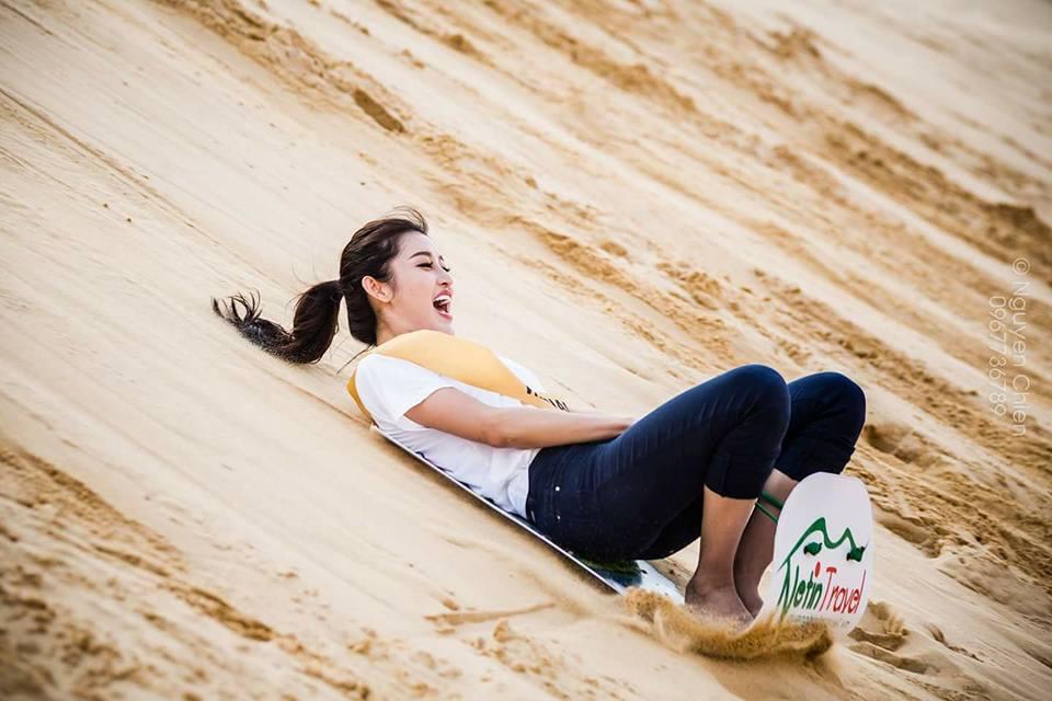 Huyền My trượt cát