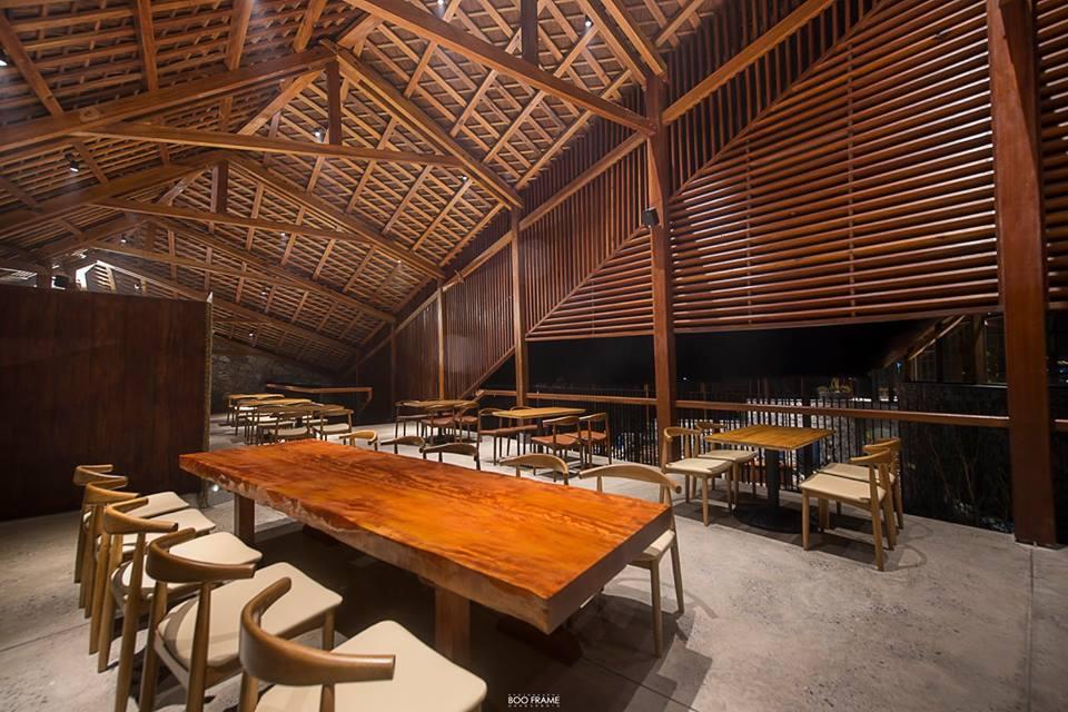 Kiến trúc của nhà hàng rất đặc biệt với hệ thống gỗ