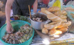 Ăn bánh mì bột lọc độc đáo ở Quảng Bình