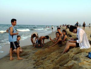 Hàng trăm người xuống biển tắm, du lịch Quảng Bình 'sống' lại