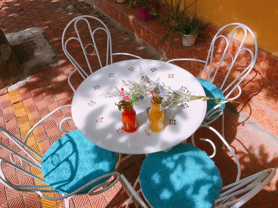 Những ly sinh tố nhìn rất hấp dẫn và đẹp mắt trên bộ bàn ghế đơn giản nhưng rất đẹp- Nguồn Sunday Hostel