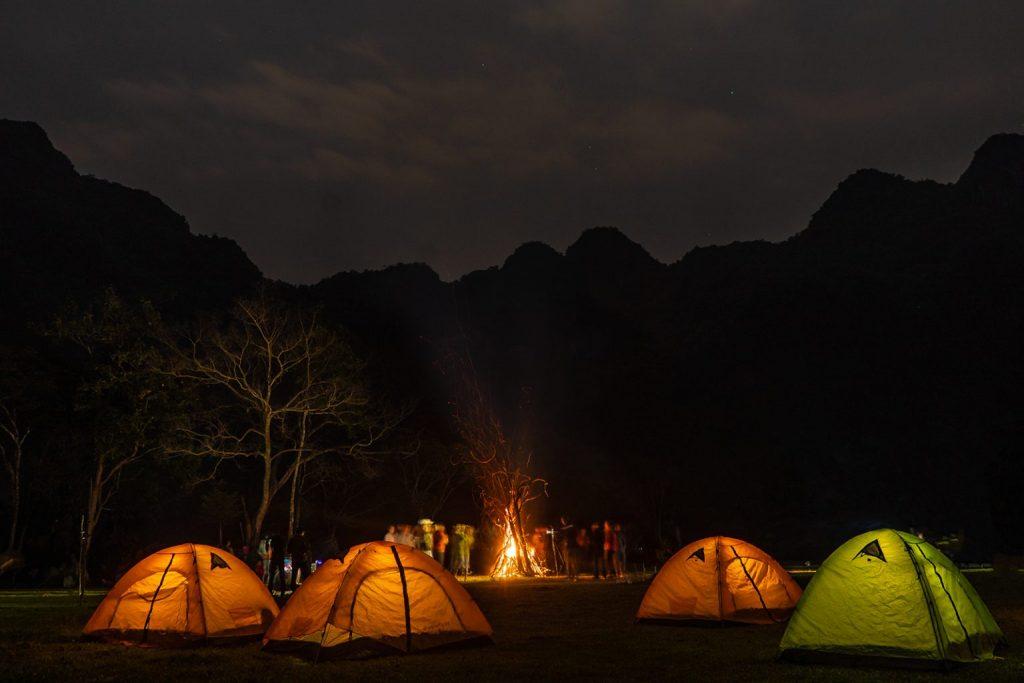 ngủ lều trong tour mạo hiểm khi đi du lịch quảng bình