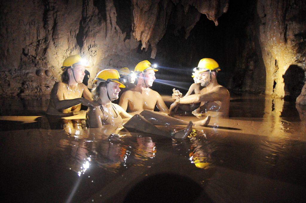 tắm bùn hang tối khi đi du lịch quảng bình