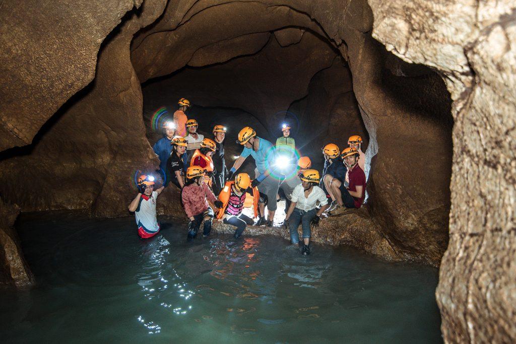 Bơi trong Hang Chà Lòi